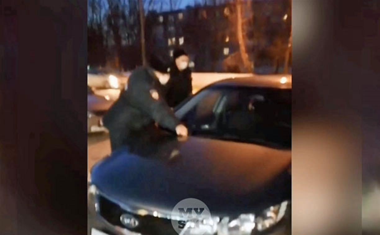 В Узловой пьяный «блогер» оскорбил полицейских, кинул в их машину мусор и был наказан