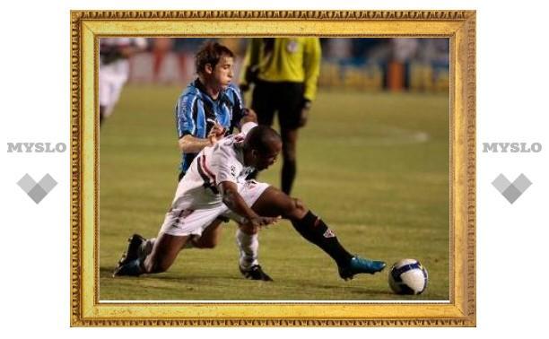 Игроки бразильского клуба получили три красные карточки за 15 минут