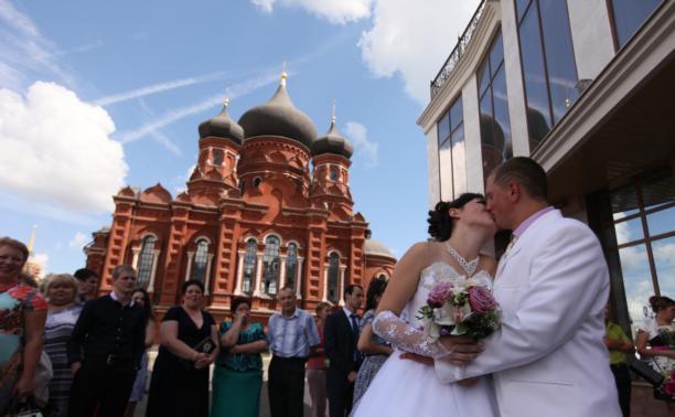 На площади Ленина торжественно открыли Дворец бракосочетания