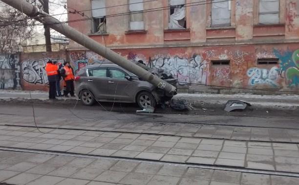 На улице Коминтерна внедорожник снёс столб