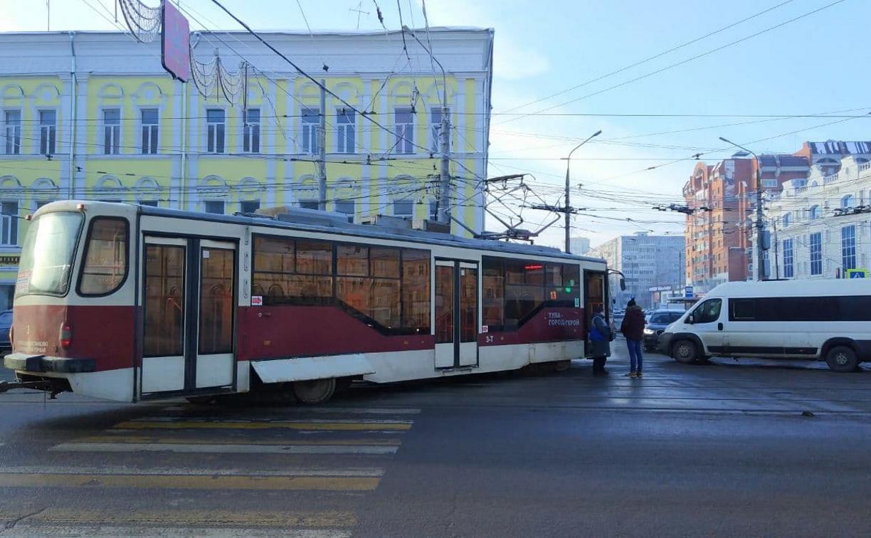 На улице Советской в Туле трамвай сошел с рельсов