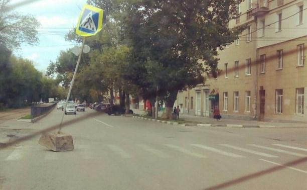 На ул. Болдина дорожный знак «вышел» прямо на проезжую часть