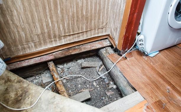Тулячка год живёт с дырой в полу
