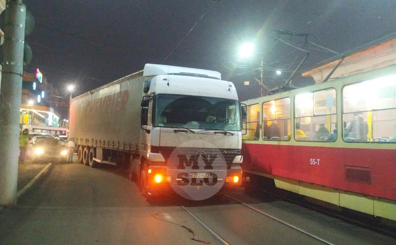 В Пролетарском округе Тулы пробка из-за ДТП с грузовиком и легковушкой
