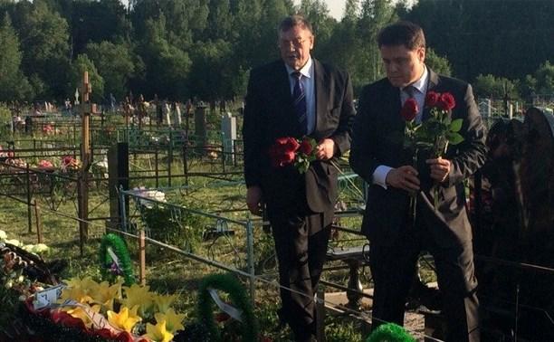 Владимир Груздев возложил цветы на могилу убитой на Косой Горе семьи