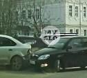 В Туле очевидец заснял, как водитель при развороте перепутал педали и собрал два авто