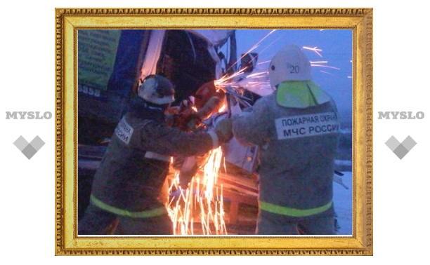 Фуру после ДТП на Восточном обводе Тулы еле сдвинули с места двумя пожарными машинами