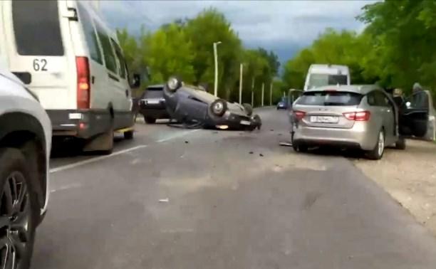 Двойное ДТП на улице Скуратовской в Туле: от удара Nissan перевернулся на крышу