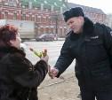 Комплимент от майора: В Туле полицейские дарили женщинам тюльпаны и рассказывали стихи