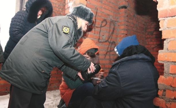 Тульские полицейские отогревают бездомных горячим чаем