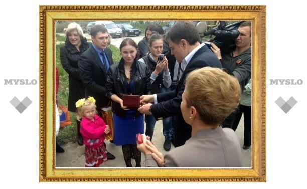 Губернатор вручил детям-сиротам ключи от новых квартир