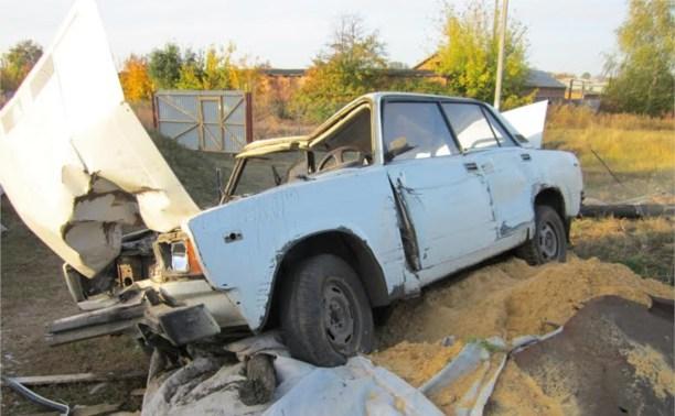 В Ефремовском районе «пятёрка» сбила столб и влетела во двор частного дома