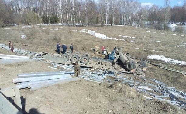 Недалеко от Ясной Поляны грузовик съехал в кювет, водитель серьезно пострадал