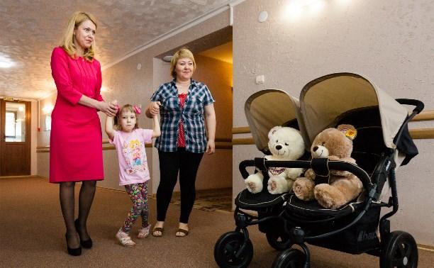 Семья Груздевых подарила детскую коляску близняшкам с ДЦП