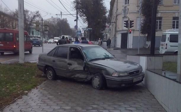 Возле тульского драмтеатра автомобиль вылетел на тротуар в результате ДТП