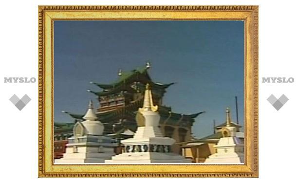 Буддисты возносят молитвы в благодарность за сошествие Будды на землю с небесного Сада Радости