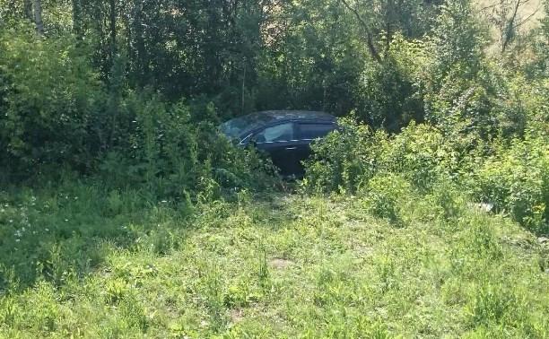 В Тульской области «Тойота» врезалась в дорожный знак и перевернулась в кювет