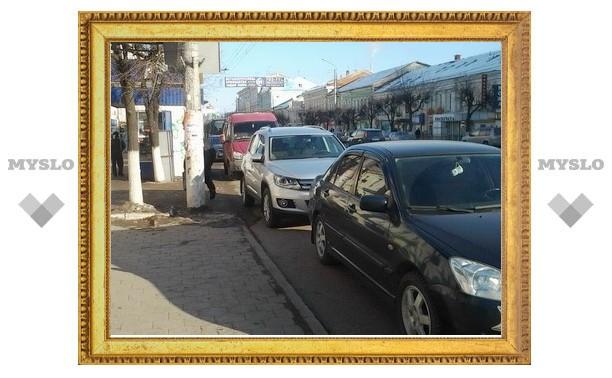 В Туле вывозить мусор мешают припаркованные машины