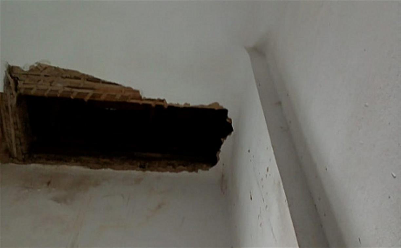 В Ясногорске в многоквартирном доме частично обрушился потолок: видео