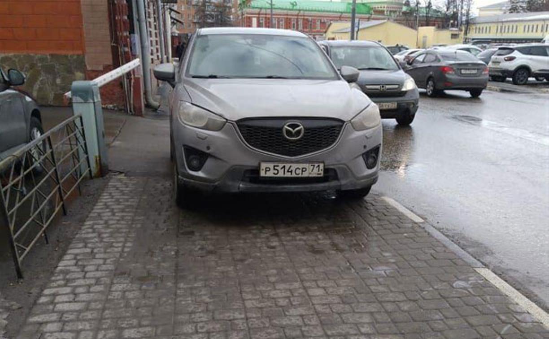 «Накажи автохама»: в Туле Mazda припарковалась на тротуаре и принципиально не пропускала пешеходов