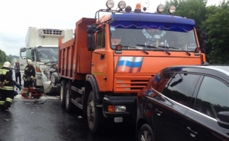 Страшное ДТП на М-2: легковушку зажало между двумя грузовиками