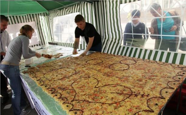 Туляки выстроились в очередь за самой большой пиццей