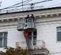 На проспекте Ленина упавший с крыши кусок барельефа травмировал женщину