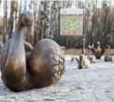 В Центральном парке открыли новую скульптуру «Лебединое озеро»