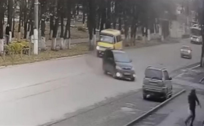 Женщина и ребенок чудом спаслись от несущегося на них автомобиля – видео