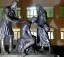 Возле гимназии №20 установили памятник военным врачам и медсестрам