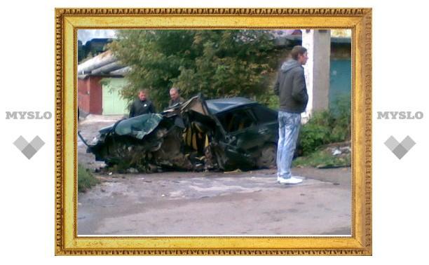 Машина врезалась в бетонную опору: один погиб, двое в реанимации