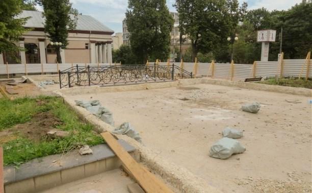 В Туле ремонтируют фонтан возле драмтеатра
