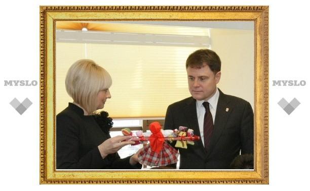 Тульские Татьяны подарили Груздеву две куклы и чемодан для денег