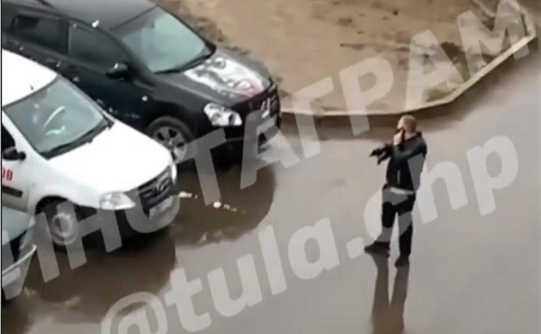 По Скуратово разгуливал вооружённый мужчина