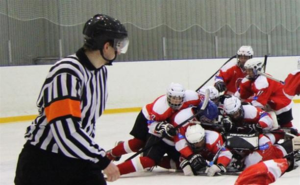 В Новомосковске хоккеист сломал челюсть арбитру
