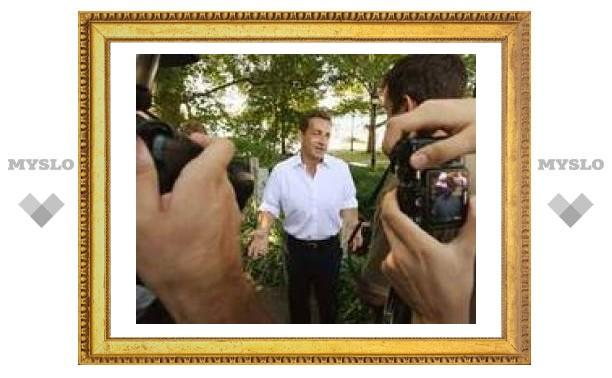 Разозленный Саркози прыгнул в лодку папарацци в одних плавках