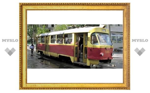На Оборонной стоят трамваи