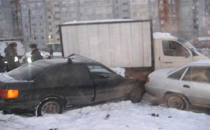 В Пролетарском районе иномарка снесла припаркованные автомобили