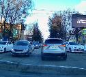 «Накажи автохама»: Toyota Camry и обгон по встречке на перекрестке
