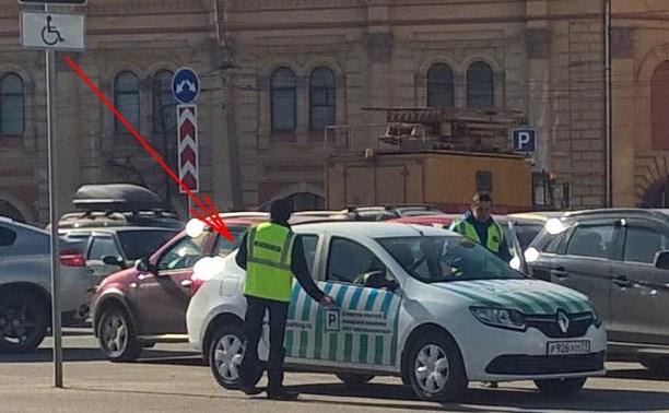 Автомобили МКУ «Автохозяйство» вновь паркуются на местах для инвалидов