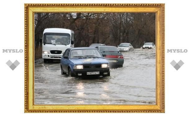 """На выезде из Тулы у """"Белых ворот"""" утонули дорога и автозаправка"""