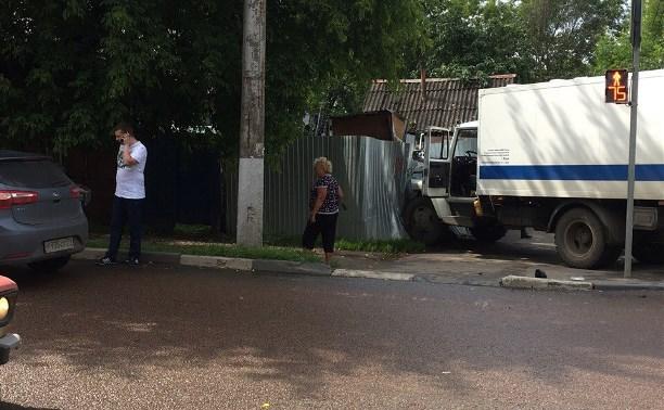 В Туле на улице Луначарского конвойная машина врезалась в забор