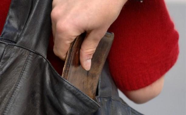 Житель Заокского района зашёл в дом к пенсионерке и отобрал у неё кошелек