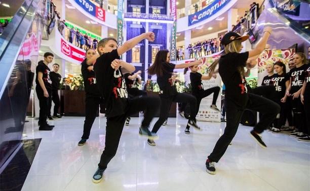 Тульскую «Студенческую весну» открыли танцевальным флешмобом в «Гостином дворе»