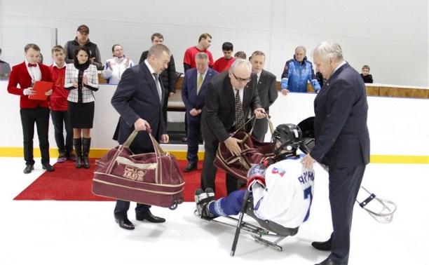 Юрий Андрианов вручил комплект санок следж-хоккеистам региона