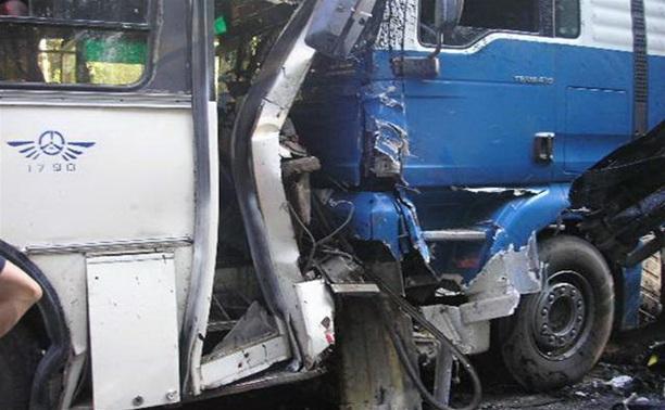 На трассе под Тулой автобус врезался в отбойник