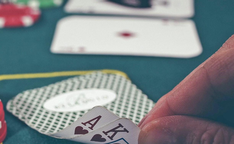 Тульские приставы передали на уничтожение изъятые мобильники и игральные карты