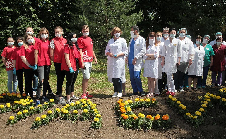 Тульские волонтёры-медики поблагодарили врачей цветочной клумбой