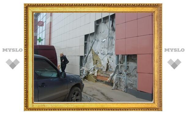 В Туле легковушка протаранила торговый центр