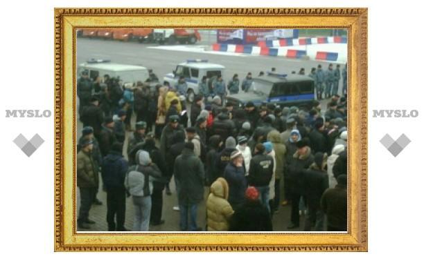 На пл. Ленина в Туле увеличивается число митингующих